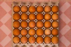 Fega ägg i papppacke royaltyfria bilder