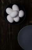 Fega ägg i platta Arkivfoton