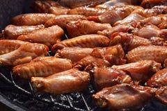Fega buffelvingar som lagas mat på rökgaller Royaltyfri Bild