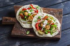 Fega köttbullar och taco för nya grönsaker Sund läcker frukost eller mellanmål Royaltyfria Foton