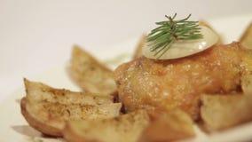 Fega lår med potatisar på en platta stock video