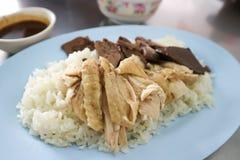 Fega ris eller ris som överträffas med höna Arkivbilder