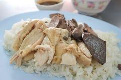 Fega ris eller ris som överträffas med höna Arkivbild