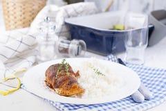Fega rullar med bacon och vita ris sund l?cker mat Kinesisk och amerikansk mat p? en vit bakgrund Fritt utrymme f?r arkivbild