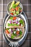 Fega taco med grönsaker tjänade som på tabellen Royaltyfri Fotografi