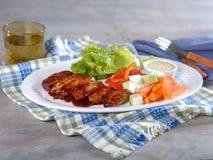 Fega vingar och grönsaker med doppet på uppläggningsfatet Royaltyfri Bild