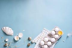 Fega vita ägg i ett skal, äggula, vaktelägg över turkosbakgrund Matlagningbegrepp, våreaster affisch Bästa sikt, Co Royaltyfria Foton