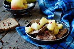 Fegato con le mele Immagini Stock