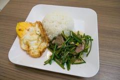 Fegato della carne di maiale fritto scalpore con la erba cipollina cinese fotografie stock