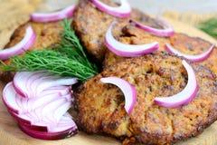 Fegato di pollo e pancake piccanti delle verdure Pancake facili del fegato di pollo fritto su un bordo di legno Ricetta casalinga fotografia stock