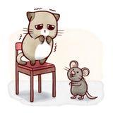 Fegiskatten på en stol skrämde av mus stock illustrationer