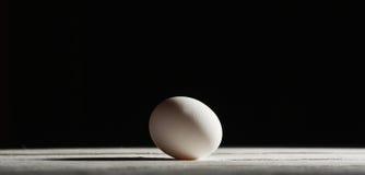 Fegt ägg på träbräde Arkivbilder