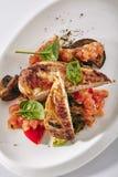 Fegt bröst för BBQ med grillad grönsaker och salsasås royaltyfria foton