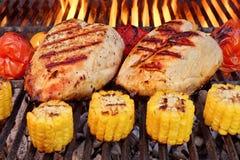 Fegt bröst för BBQ-stek med grönsaker på gallret Fotografering för Bildbyråer
