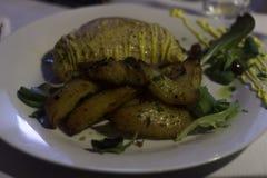 Fegt bröst med potatisar och grönsallat royaltyfria bilder