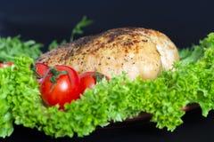 fegt bröst på grönsallatsidor med tomater och vaktelägg arkivfoto