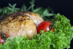 fegt bröst på grönsallatsidor med tomater och vaktelägg arkivbild