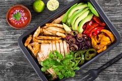 Fegt Fajitauppläggningsfat med avokadot, Pita Bread, spansk peppar, limefrukt, den röda löken och koriander, bunke med salsasås,  royaltyfri foto