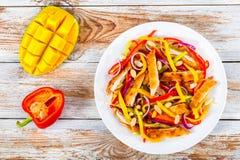 Fegt kött, mango, jordnötter, spansk peppar, sallad för röd lök Royaltyfri Fotografi