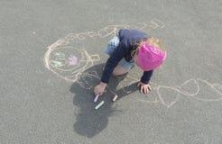 Fehlende Mutter auf der Pflasterung zeichnet ein feines Baby Stockfoto