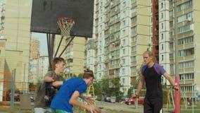Fehlender Schuss Streetball-Spielers in der Farbe auf Gericht stock video