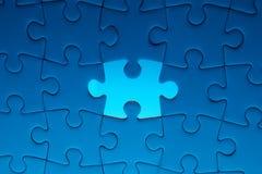 Fehlendes Puzzlestück mit hellem Glühen Stockfoto