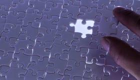 Fehlendes Puzzlestück mit hellem Glühen, Geschäftskonzept FO lizenzfreies stockbild