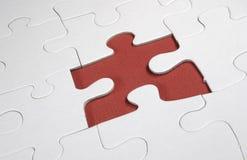 Fehlendes rotes Puzzlestück Stockbild