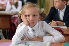 Fehlendes Schulmädchen an der Lektion Stockfoto
