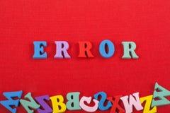 FEHLER-Wort auf dem roten Hintergrund verfasst von den hölzernen Buchstaben des bunten ABC-Alphabetblockes, Kopienraum für Anzeig Lizenzfreies Stockbild