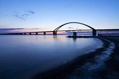 Fehmarn stichhaltige Brücke an der Dämmerung stockbilder