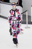 Fei Fei Sun marche la piste pendant l'exposition de Chanel Image stock