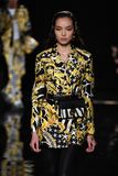 Fei Fei Sun marche la piste à la collection de la Pré-chute 2019 de Versace photo stock