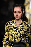 Fei Fei Sun marche la piste à la collection de la Pré-chute 2019 de Versace photos stock
