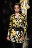 Fei Fei Sun marche la piste à la collection de la Pré-chute 2019 de Versace photos libres de droits