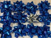 Feier der 26. Dezember mit geschlossen herauf die bunte Bandsammlung der Vielzahl für Geschenk, weißes Band um Blau beschmutzend, Lizenzfreie Stockfotos