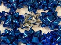 Feier der 26. Dezember mit geschlossen herauf die bunte Bandsammlung der Vielzahl für Geschenk, weißes Band um Blau beschmutzend, Lizenzfreie Stockfotografie
