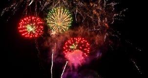 Feier des neuen Jahres bunte Feuerwerke leuchten dem Himmel mit DA Stockbilder