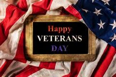 Feier des Veteranen-Tages Nahaufnahme von USA-Flagge in Schmutz desi Lizenzfreie Stockfotos