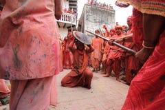 Feier Lathmar Holi bei Nandgaon Stockfotos