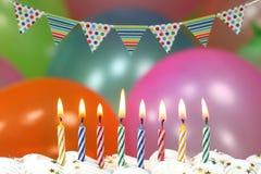 Feier mit Ballon-Kerzen und Kuchen Stockbild