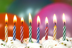 Feier mit Ballon-Kerzen und Kuchen Stockfotografie