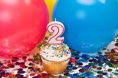 Feier mit Ballonen, Confetti und kleinem Kuchen Lizenzfreie Stockfotografie