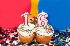 Feier mit Ballonen, Confetti und kleinem Kuchen Lizenzfreie Stockbilder