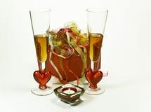 Feier mit Geschenk und Getränken stockfotos