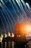 Feier-Scharlachrot Segel-stellen während des weiße Nachtfestivals dar, Stockfoto