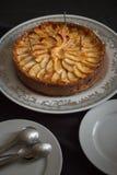 feier Selbst gemachter Apfelkuchen mit Kerzen Stockfoto