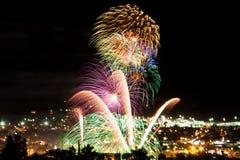 Feier und Feuerwerke über einer großen Stadt Lizenzfreie Stockfotografie