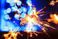 Feier und Zündung des Feuers und der Feuerwerke stockbild