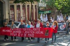 Feier von Maifeiertag in der Oporto-Mitte Allgemeines B?ndnis von portugiesischen Arbeitskr?ften, verbunden mit der kommunistisch lizenzfreie stockfotografie